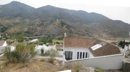 La vivienda frente a la Sierra de Alcaparaín