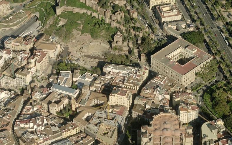 Vista aérea del teatro a los pies de la Alcazaba