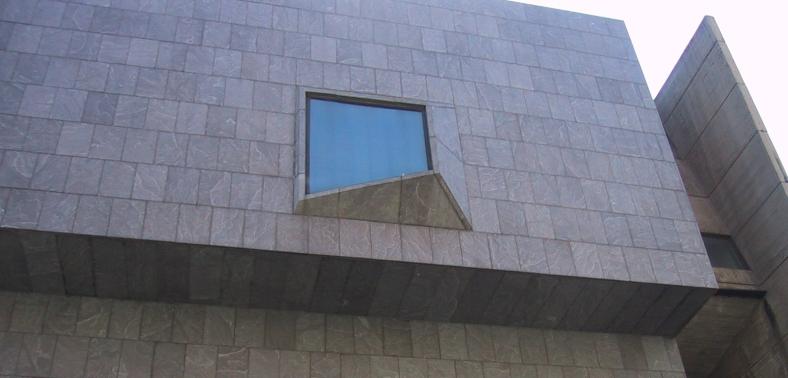 La única ventana hacía Madison Avenue del Whitney Museum of American Art en Nueva York. Marcel Breuer, 1963-66.