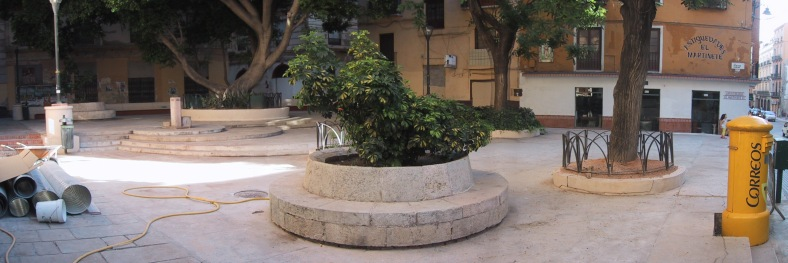 Panorámica de la plaza: en un extremo, la bulliciosa calle Carretería y en el otro, el oscuro e inexplorado fondo de la plaza.
