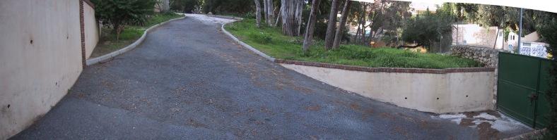 El acceso posterior de servicio al colegio desde calle Sierra de Grazalema